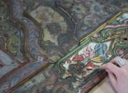 Detail der Wandvertäfelung während der Abnahme von verbräunten Leim- und Firnisschichten