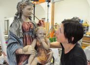"""Foto: Restauratorin Katarina Haug bei der Arbeit an """"Madonna mit Kind"""", Umkreis Donatello, um 1410, Kunstmuseum Kloster Unser Lieben Frauen Magdeburg"""