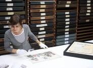 KUNST AUF LAGER: Restauratorin Doreen Küberling im Archiv des Museums für Hamburgische Geschichte © Museum für Hamburgische Geschichte