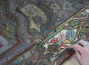Detail der Wandvertäfelung des Damaskuszimmer während der Abnahme von verbräunten Leim- und Firnisschichten © Museum für Völkerkunde Dresden Staatliche Ethnographische Sammlungen Sachsen