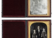 Martin M. Lawrence: William Bock mit seinen enkeltöchtern Sophie und Lucie de Voe, 1947, Daguerreotypie, 12,1x10,7 cm, Vorzustand mit durch Korrosion fast vollständig getrübtem Deckglas (oben), Zustand nach Restaurierung (unten). © Museum für Kunst und Gewerbe Hamburg