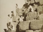 George und Constantine Zangaki, No. 435 Aufstieg auf die große Pyramide, 1870-1885, Aluminium © MKG