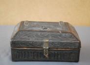Rechteckiges Holzkästchen mit Leder bezogen, verziert mit Lederschnittdekor, 15. Jh.