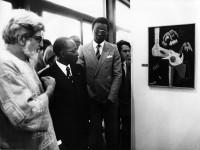 "Sammler Ulli Beier und Léopold Senghor mit Colette Omogbai's ""Agony"", 1963"