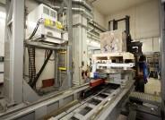 CT-Untersuchung des Inschriftenblocks der Großen Mainzer Jupitersäule aus dem Landesmuseum Mainz bei der Firma Yxlon in Hattingen. Links im Bild der Linearbeschleuniger von Siemens, Typ Silac 9MeV als Strahlenquelle.