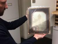 Direktor Dr. Alexander Bastek zeigt eine empfindliche Daguerrographie im Graphikdepot, Museum Behnhaus Drägerhaus – Galerie des 19. Jahrhunderts und der Klassischen Moderne, Lübeck, Foto: Sebastian Giesen
