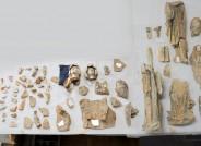 Fragmente der gefassten tönernen Skulpturengruppe in der Werkstatt des Landesamtes für Denkmalpflege Hessen Foto: B. Schwieder