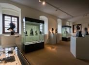 Blick in die Ausstellung »Aus Bombenglut geborgen. Schätze aus der Eisenkunstguss-Sammlung Ewald Barth – 60 Jahre nach ihrer Rettung restauriert und wiederhergestellt«