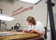 Die Restauratorin Ulrike Conradi bei Rahmen-Restaurierung eines Bildes des Burne-Jones Zyklus © Staatsgalerie Stuttgart