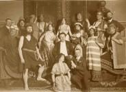 Ensemble und Mitwirkende der Salome-Inszenierung bei den Kölner Opernfestspielen 1906 mit Alice Guszalewicz in der Titelrolle (hintere Reihe, Mitte).