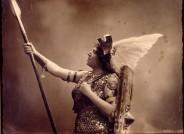 Rollenfotografie von Alice Guszalewicz als Brünnhilde in Wagners Oper Die Walküre, Köln um 1910. Fotostudio Blum&Höffert, Köln