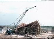 """Baustelle der Messehalle """"Bauwesen und Erdöl"""", Rostock-Schutow (Ulrich Müther und Erich Kaufmann), 1966, Foto: Müther-Archiv, Hochschule Wismar"""
