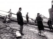 """Ulrich Müther und Mitarbeiter der PGH Bau Binz auf der Baustelle der Messehalle """"Bauwesen und Erdöl"""", Rostock-Schutow, 1966, Foto: Müther-Archiv, Hochschule Wismar"""