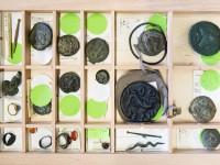 Münztablett mit Objekten aus der Sammlung Heynen / Münzsammlung der HHU Düsseldorf, Foto: Christian Herrmann