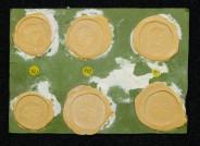 Siegellackabdrücke von römischen Bronzemünzen aus der Zeit der Kasier Tiberius und Caligula (22/23 und 40/41 n.Chr.)/ Münzsammlung der HHU Düsseldorf, Foto: Christian Herrmann