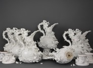 """Eine Aufnahme aller erhaltener Elementvasen """"Wasser"""" in ihrem Zustand vor der Restaurierung"""