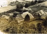 Blick auf das Kolonat in der Schleusenstraße 103 in Elisabethfehn im Jahre 1954. In der Bildmitte befindet sich das Wohnhaus, rechts davon das Düngerhaus.