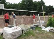Aufbau des Mauerwerks auf dem Gelände des Moor- und Fehnmuseums Elisabethfehn