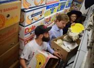 Entpacken von 1.100 Bananenkartons voll Porzellan, Foto: TopPress, Friedhelm Berger