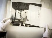 Im Archiv des Filmmuseums wurden Skizzen und Modelle mit Hilfe der Archivmitarbeiterinnen gesichtet, zusammengetragen, besprochen und gescannt. Hier: Szenenbild-Skizze (Foto mit Zeichnung) Foto: Gordon Welters für VolkswagenStiftung