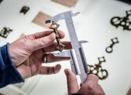Dr. Volker Hilberg vermisst Pferdeuzaumzeugbeschlag im Museum Schleswig, Foto: Johannes Arlt für VolkswagenStiftung